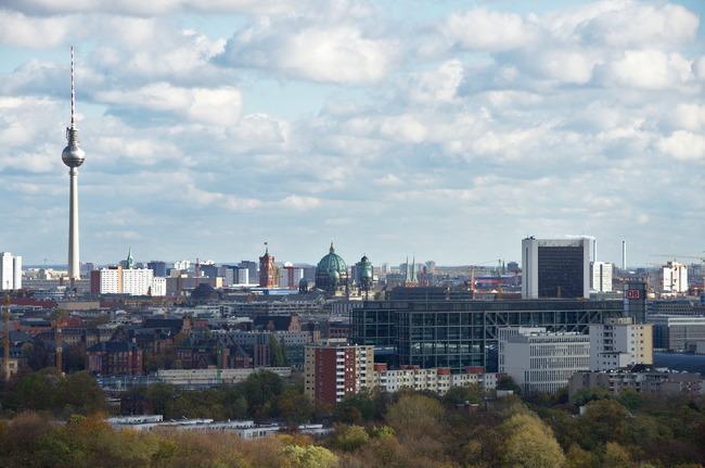 Berliner Fernsehturm, Hauptbahnhof, Rotes Rathaus gesehen aus Richtung Moabit.