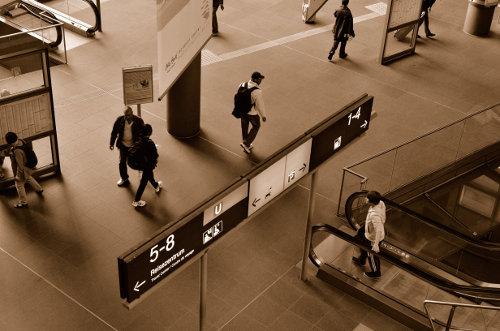 Menschen im Hauptbahnhof Berlin