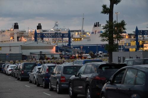 Wartende Autos vor der Fähre in Travemünde nach Helsinki