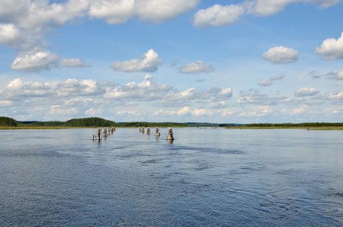 Mündung eines kleinen Flusses in einen See in Finnland