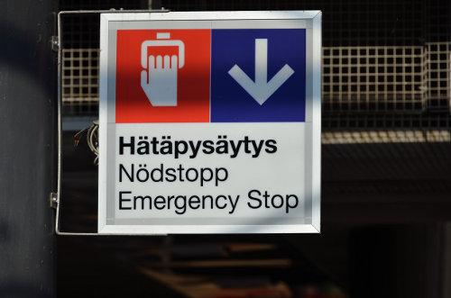 Finnisch erfordert ein wenig Zungenakrobat, wie die oberste Zeile zeigt (2. Zeile ist Schwedisch)