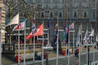 Fahnen vor dem Rathaus von Hamburg