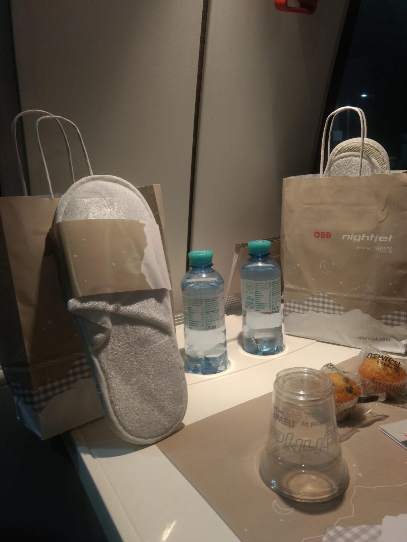 neben Sekt gab es im Nightjet auch Wasser, Pantoffeln und eine süße und salzige Knabberei