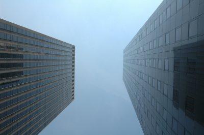 Zwei Hochhäuser in Manhattan eng beieinander