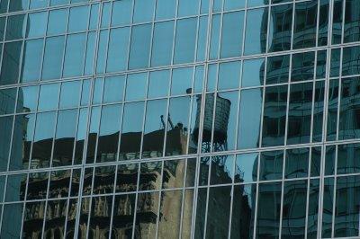 altes Gebäude spiegelt sich in neuem Glaspalast in Manhattan