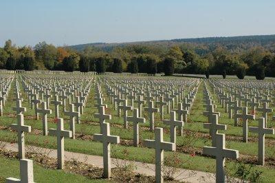 Grabfeld unterhalb des Knochenhaus von Verdun mit 15.000 Gräbern
