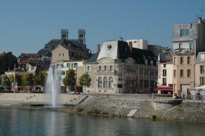 Ansicht von Verdun; im Vordergrund die Maas